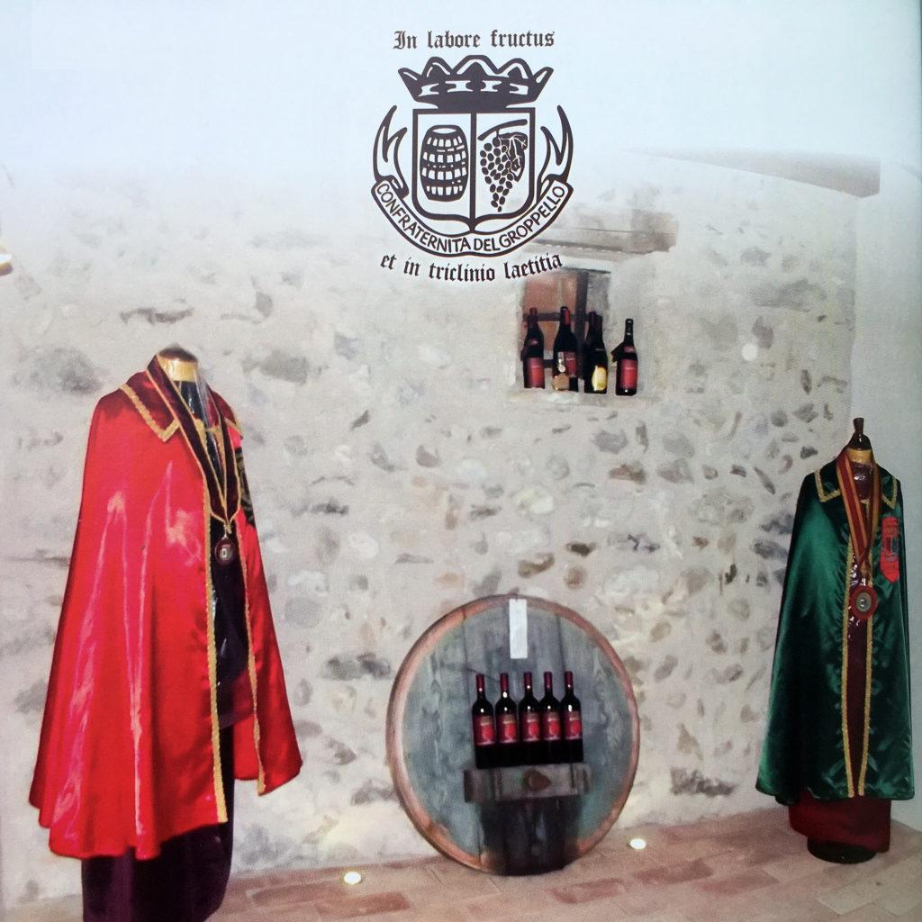 Mantelli e logo della Confraternita del Groppello